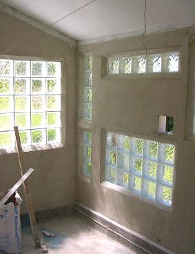 Unterbringung - Wand aus glasbausteinen ...